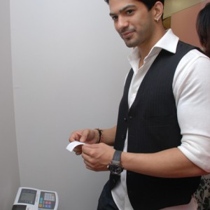Amit-Tandon-Checking-Weight-@-Prettislim-Clinic
