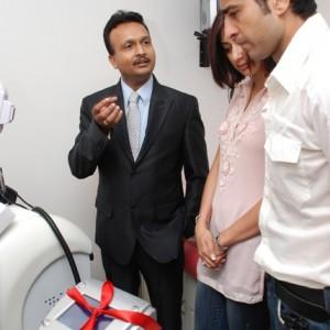 Hiten & Gauri-Tejwani-with-Prettislim-Clinic's-CMD.Puneet-Nayak